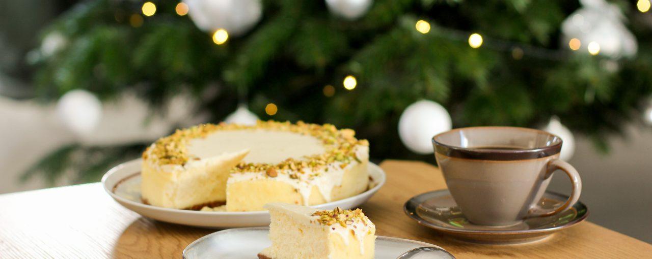 Świąteczny sernik z białą czekoladą i pistacjami