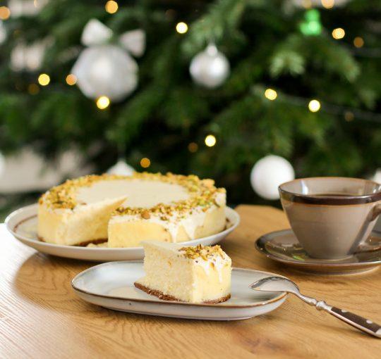 Świąteczny sernik zbiałą czekoladą ipistacjami